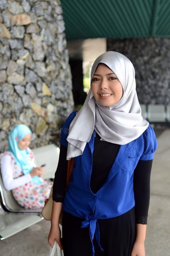 Jonge Aziatische moslimvrouw in hoofdsjaal royalty-vrije stock fotografie