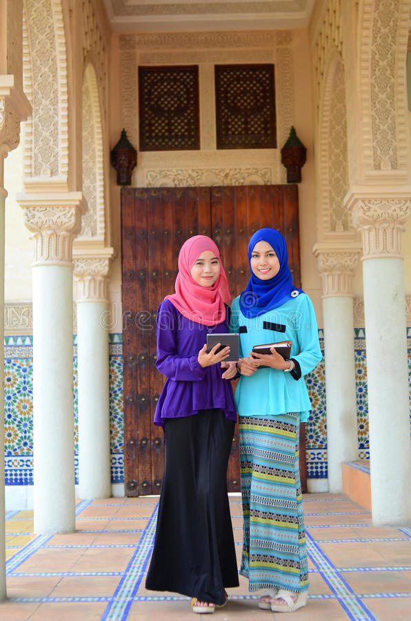 Jonge Aziatische moslimvrouw in hoofdsjaal royalty-vrije stock afbeeldingen