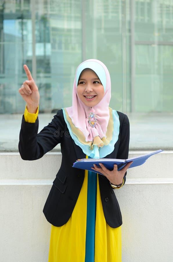 Jonge Aziatische moslimvrouw in hoofdsjaal stock foto's