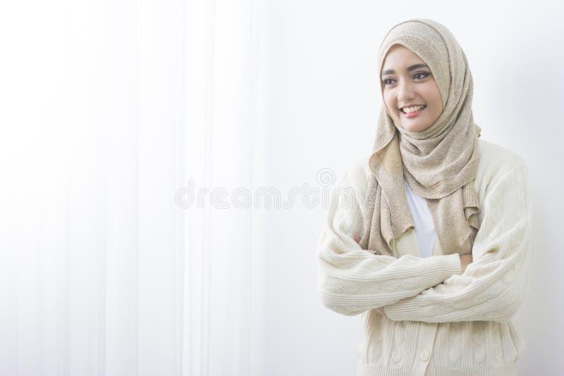 Jonge Aziatische moslimvrouw in hoofdsjaalglimlach royalty-vrije stock afbeeldingen