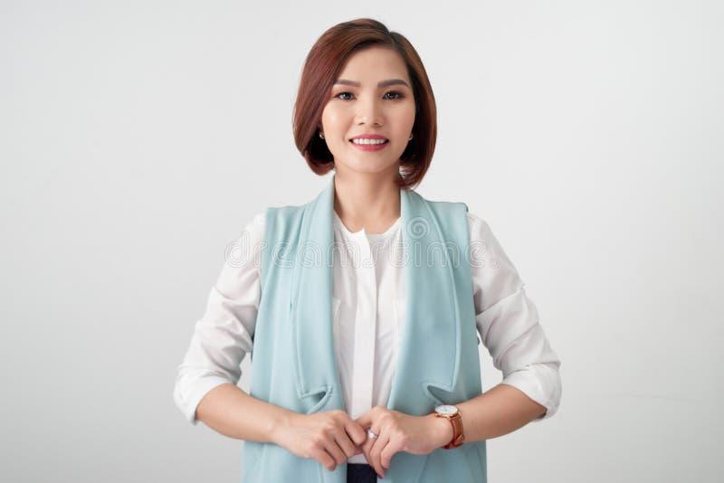 Jonge Aziatische onderneemster die formeel kostuum op witte achtergrond dragen stock afbeelding