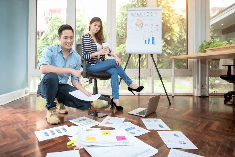 Jonge Aziatische ondernemersvergadering aan uitwisseling van ideeën en bespreking voor bedrijfsstrategieconcept royalty-vrije stock foto