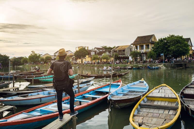 Jonge Aziatische reiziger met rugzak bij de oude stad van Hoi An royalty-vrije stock foto