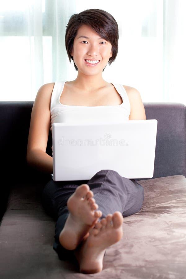 Jonge Aziatische stafmedewerker die e-mail controleert royalty-vrije stock fotografie