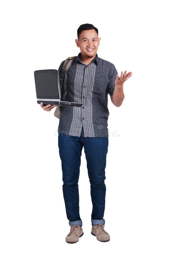 Jonge Aziatische Student With Laptop Gelukkig het glimlachen stock afbeeldingen