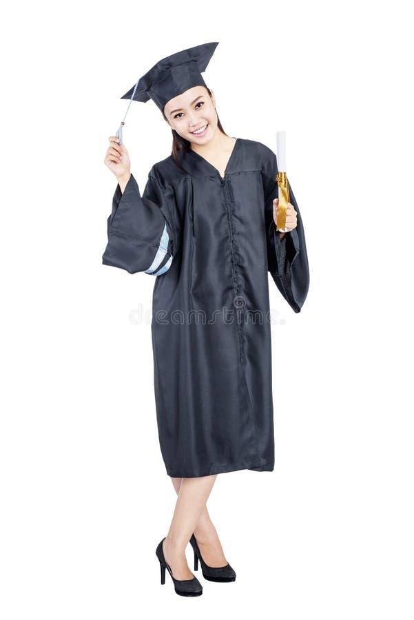 Jonge Aziatische studentenvrouw met graduatietoga status stock afbeeldingen
