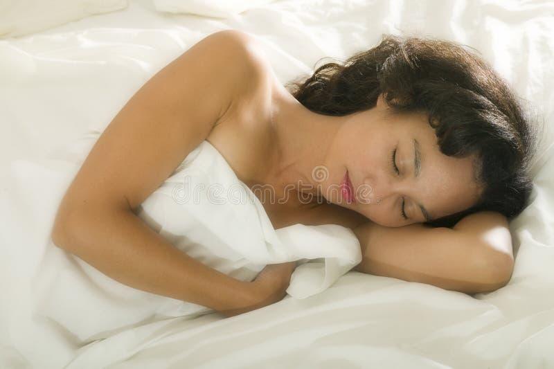 Jonge Aziatische vrouw in bed royalty-vrije stock afbeelding