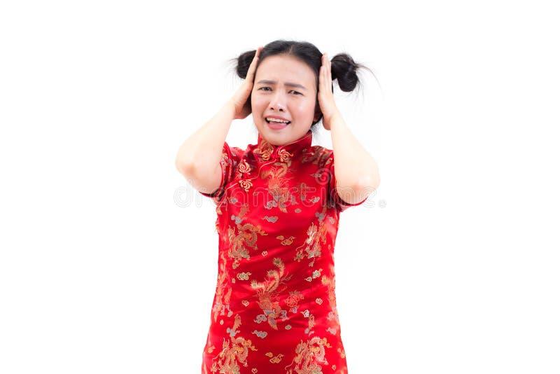Jonge Aziatische vrouw die Chinese kleding cheongsam met geschokte gelaatsuitdrukking dragen Portret van verrast mooi meisje stock afbeeldingen