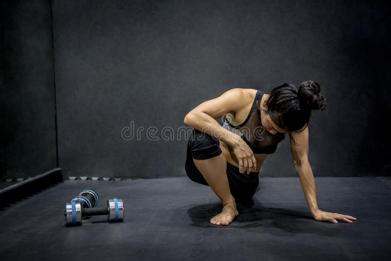 Jonge Aziatische vrouw die oefening in geschiktheidsgymnastiek doen stock foto's