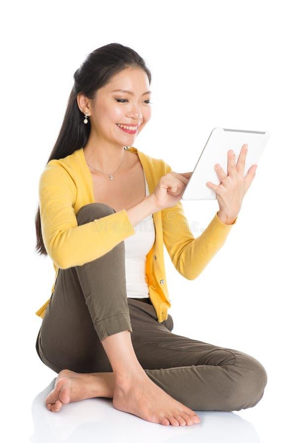 Jonge Aziatische vrouw die tabletpc met behulp van stock foto
