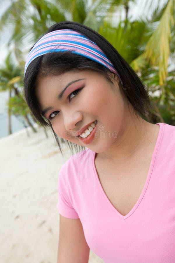 Jonge Aziatische vrouw door het strand stock foto