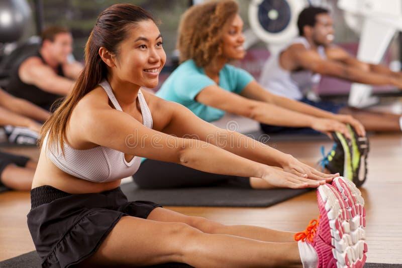Jonge Aziatische vrouw in een gymnastiek stock foto