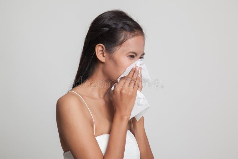 Jonge Aziatische vrouw gekregen ziek en griep royalty-vrije stock afbeelding