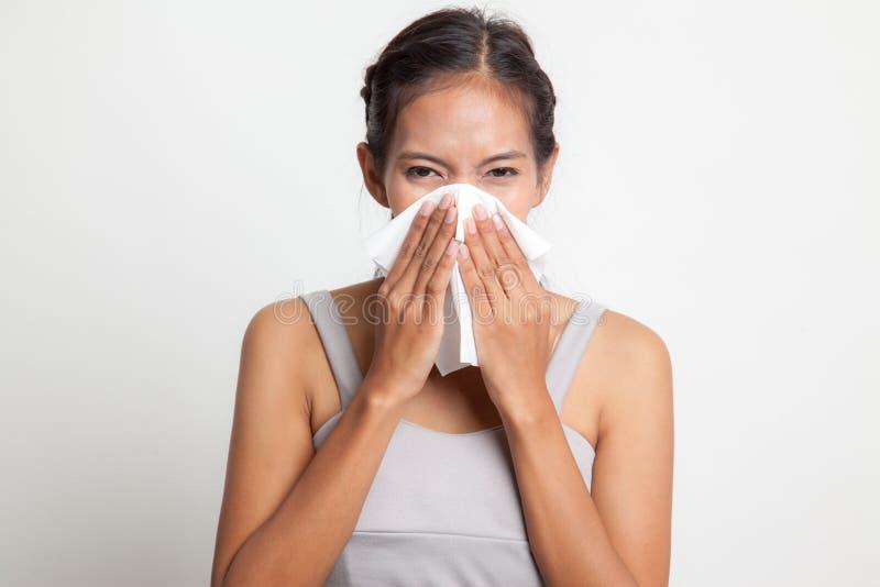 Jonge Aziatische vrouw gekregen ziek en griep stock fotografie