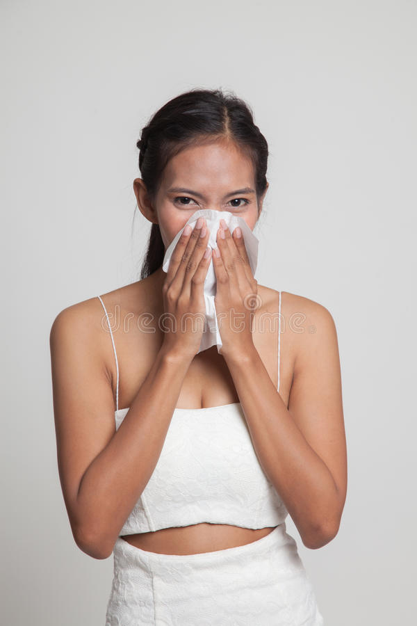 Jonge Aziatische vrouw gekregen ziek en griep stock afbeelding