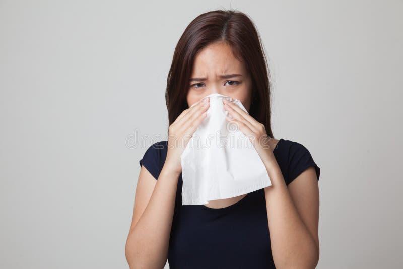Jonge Aziatische vrouw gekregen ziek en griep royalty-vrije stock foto