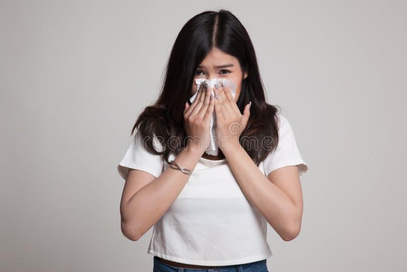 Jonge Aziatische vrouw gekregen ziek en griep stock afbeeldingen