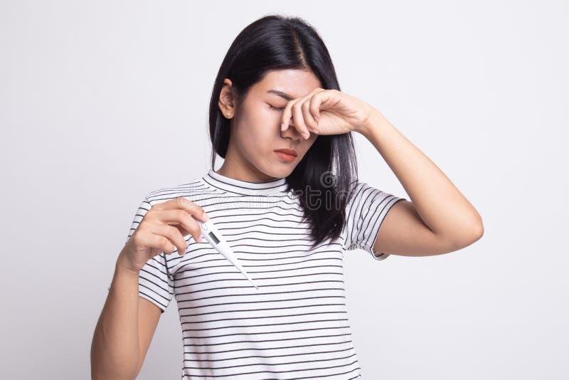 Jonge Aziatische vrouw gekregen ziek en griep stock foto