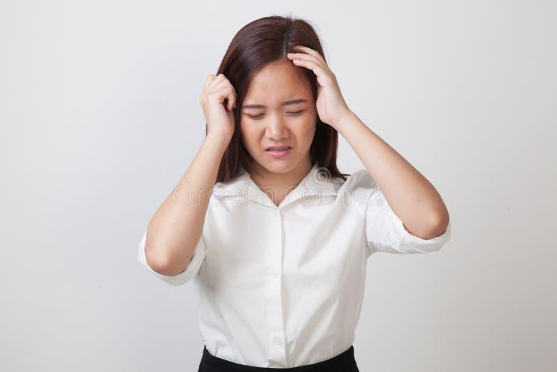 Jonge Aziatische vrouw gekregen ziek en hoofdpijn stock foto's