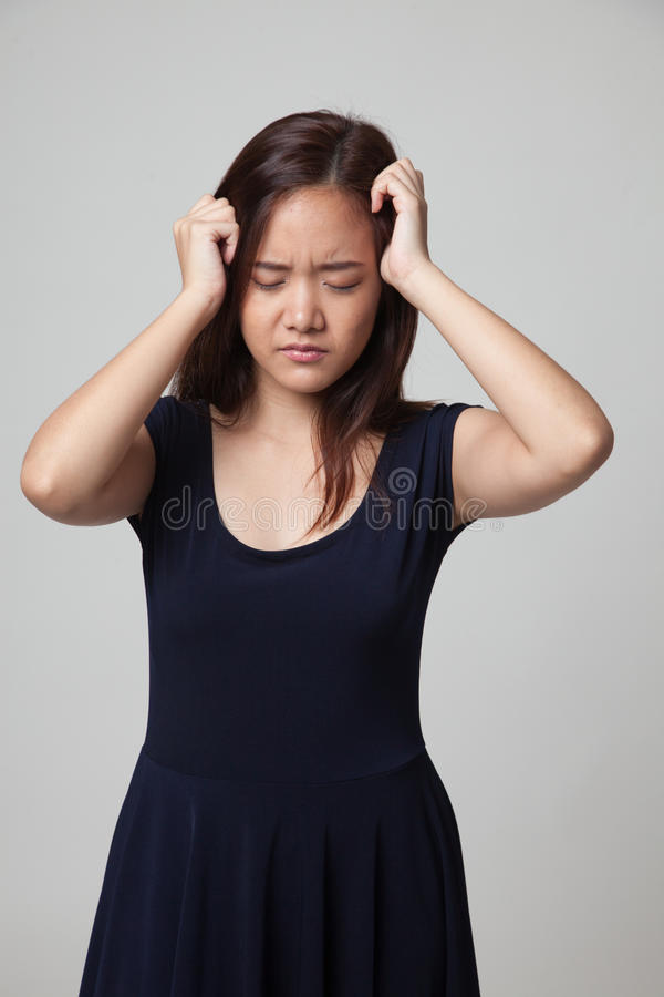 Jonge Aziatische vrouw gekregen ziek en hoofdpijn royalty-vrije stock fotografie