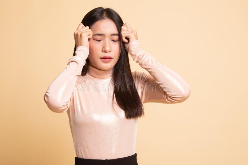 Jonge Aziatische vrouw gekregen ziek en hoofdpijn royalty-vrije stock foto