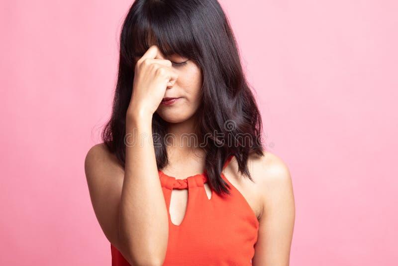 Jonge Aziatische vrouw gekregen ziek en hoofdpijn royalty-vrije stock afbeeldingen