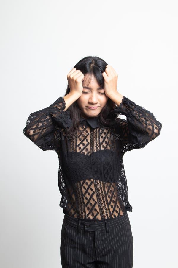 Jonge Aziatische vrouw gekregen ziek en hoofdpijn stock afbeeldingen