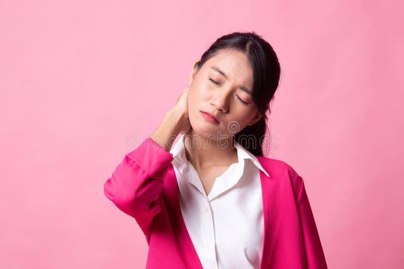 Jonge Aziatische vrouw geworden halspijn stock foto