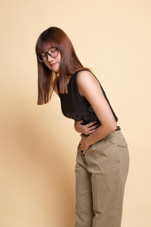 Jonge Aziatische vrouw geworden maagpijn stock afbeeldingen