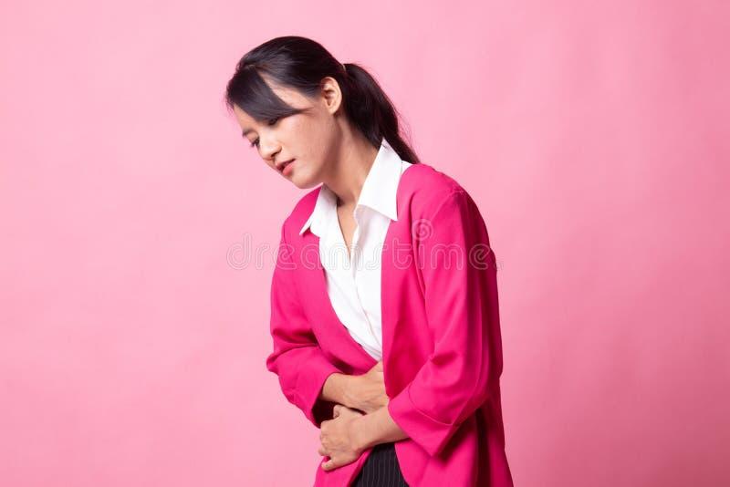 Jonge Aziatische vrouw geworden maagpijn stock fotografie