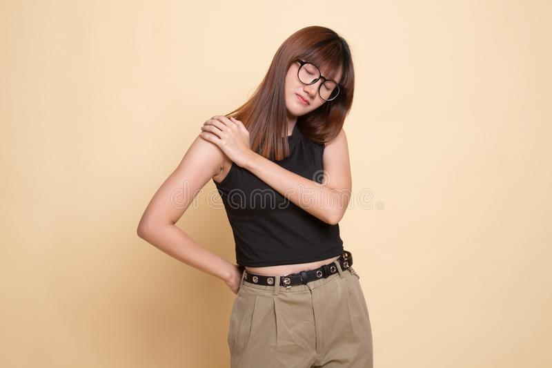 Jonge Aziatische vrouw geworden rugpijn royalty-vrije stock afbeeldingen