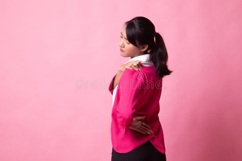 Jonge Aziatische vrouw geworden rugpijn royalty-vrije stock fotografie