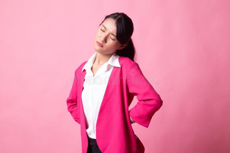 Jonge Aziatische vrouw geworden rugpijn stock afbeelding
