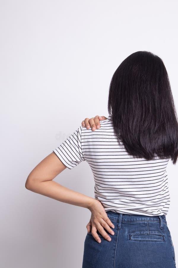 Jonge Aziatische vrouw geworden rugpijn royalty-vrije stock afbeelding