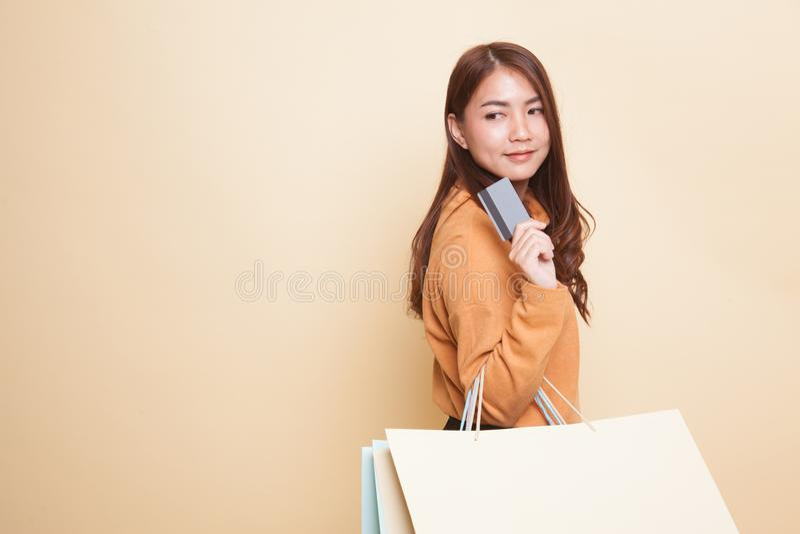 Jonge Aziatische vrouw met het winkelen zak en lege kaart stock afbeeldingen
