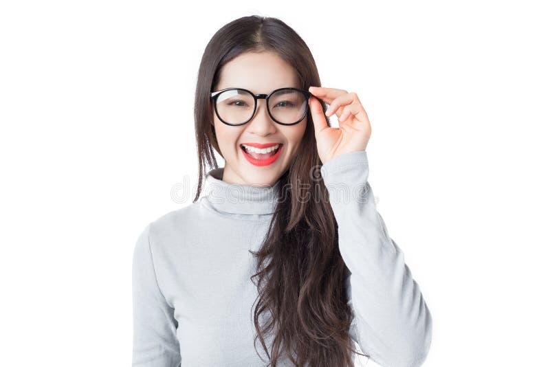Jonge Aziatische vrouw met smileygezicht die glazen dragen die op w wordt geïsoleerd royalty-vrije stock fotografie