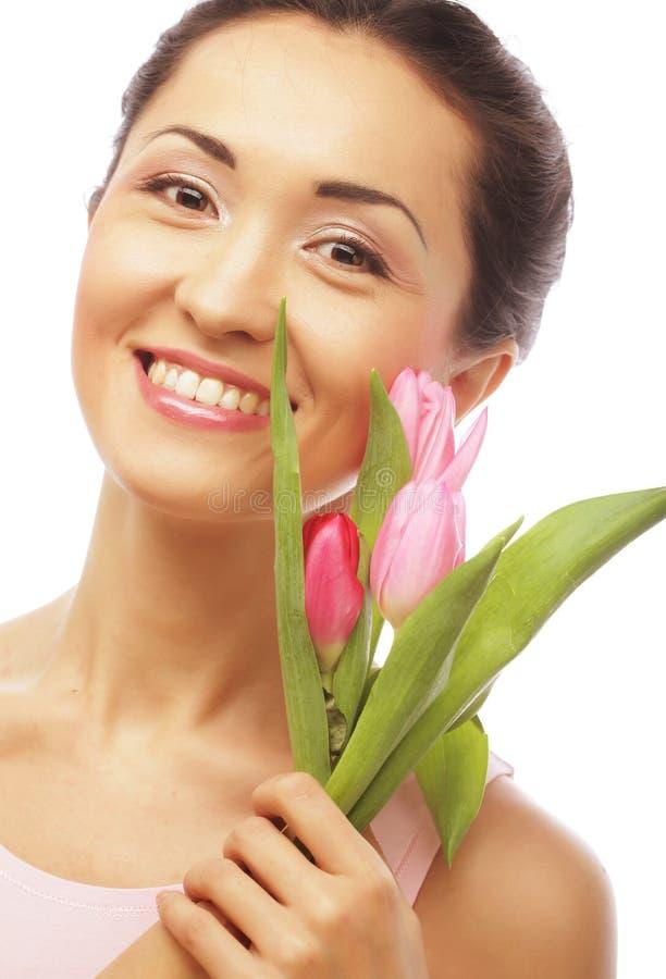 Jonge Aziatische vrouw met tulpen stock foto's