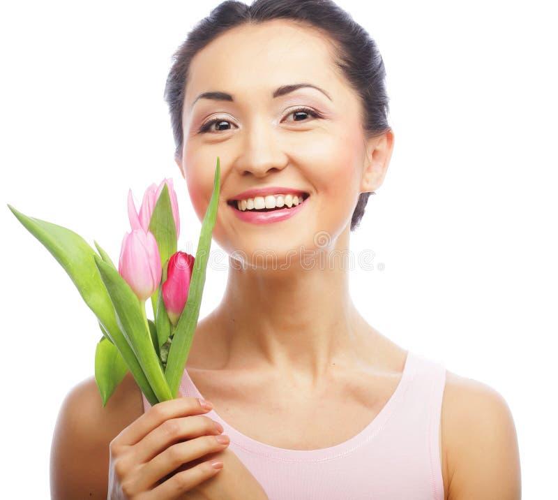 Jonge Aziatische vrouw met tulpen royalty-vrije stock foto