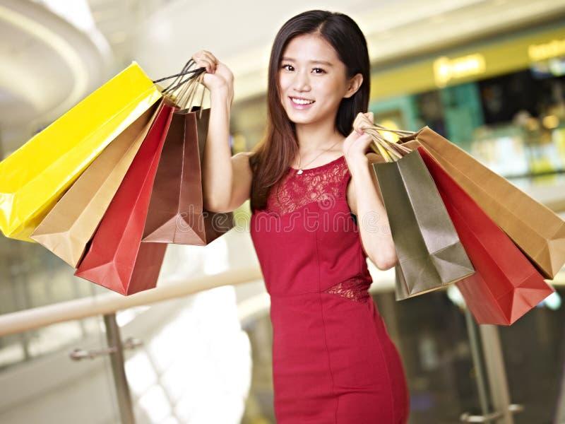 Jonge Aziatische vrouw op shopping spree stock afbeelding