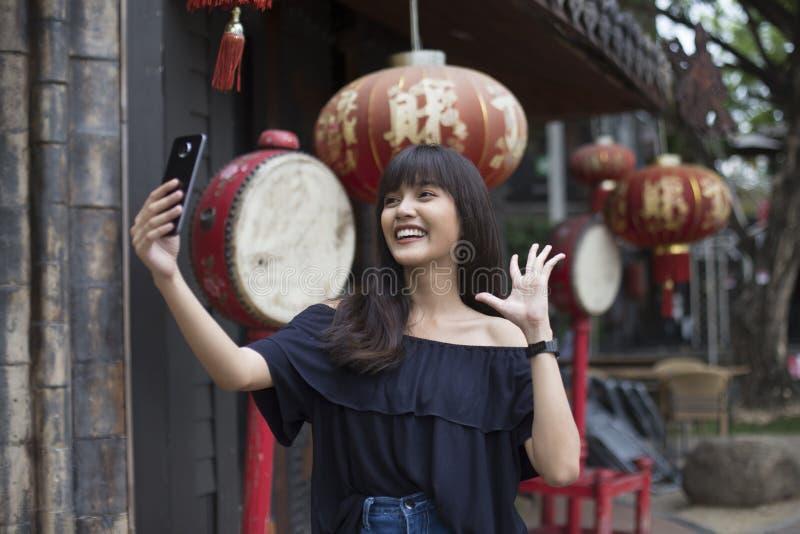 Jonge Aziatische vrouw selfie met smartphone in de stad van China royalty-vrije stock foto