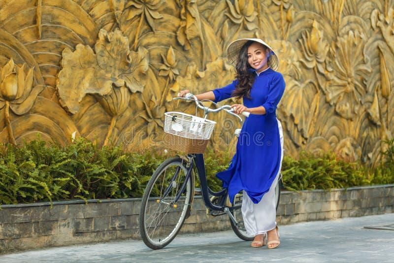 Jonge Aziatische vrouw in traditionele Vietnamese kledingsao dai stock fotografie