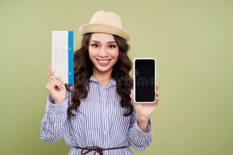 Jonge Aziatische vrouwelijke reizigershanden die een smartphone met tik houden royalty-vrije stock afbeelding