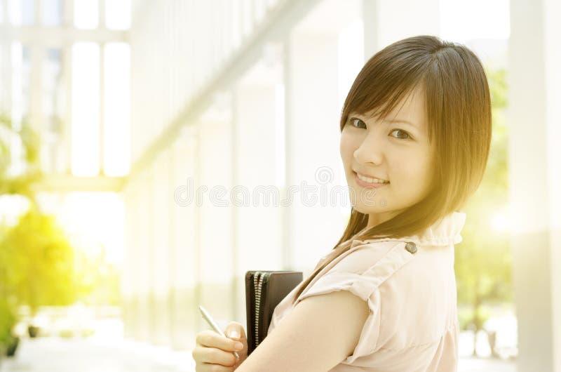 Jonge Aziatische vrouwelijke stafmedewerker op kantoor stock foto's