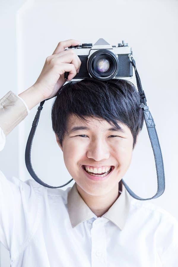 Jonge Aziatische vrouwelijke toerist die pret hebben op zijn plaats Levensstijlportra stock afbeelding