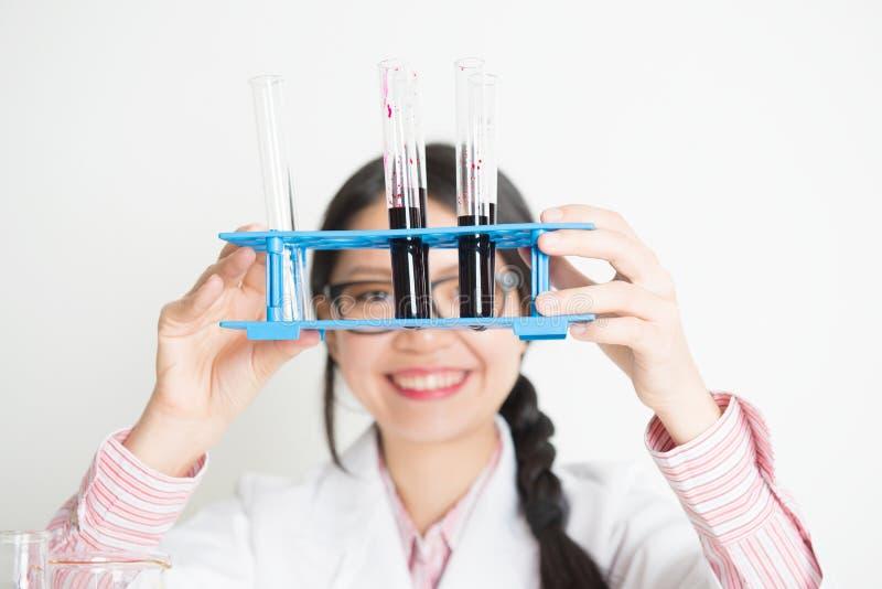 Jonge Aziatische vrouwelijke wetenschapper die wetenschappelijk onderzoek uitvoeren stock afbeelding