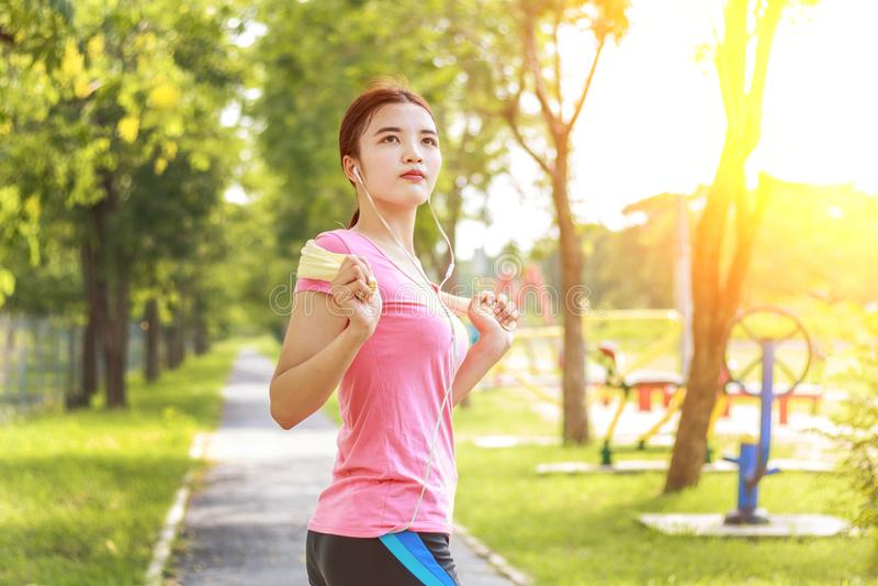 Jonge Aziatische vrouwenagent die voor jogging voorbereidingen treffen royalty-vrije stock afbeelding