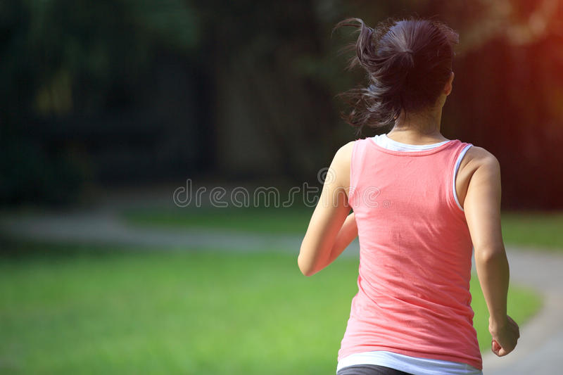Jonge Aziatische vrouwenjogging bij park royalty-vrije stock afbeelding