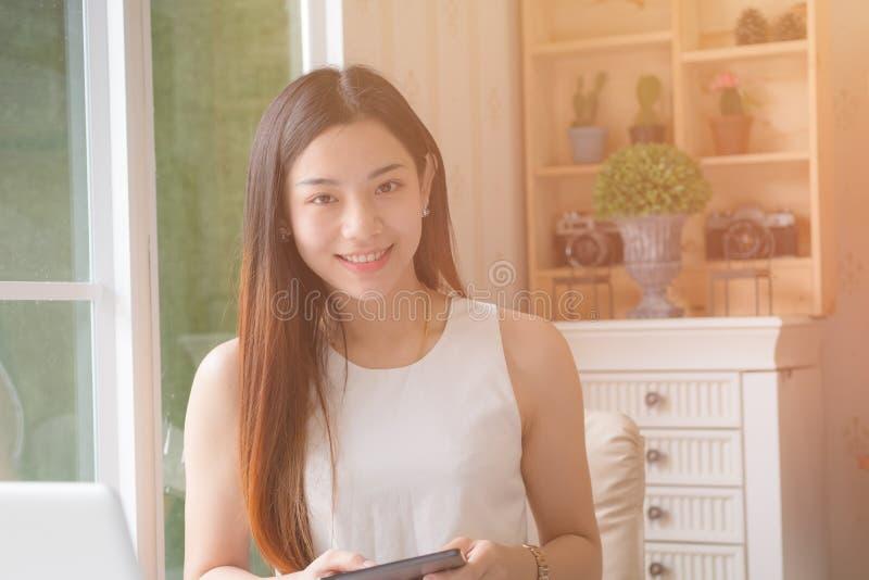 Jonge Aziatische vrouwenondernemer die in een huisbureau werken royalty-vrije stock afbeelding