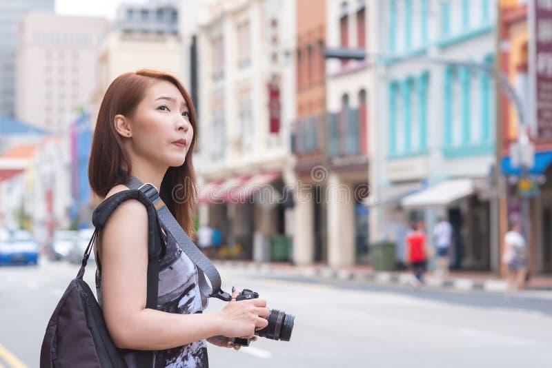 Jonge Aziatische vrouwenreis in Singapore royalty-vrije stock afbeeldingen