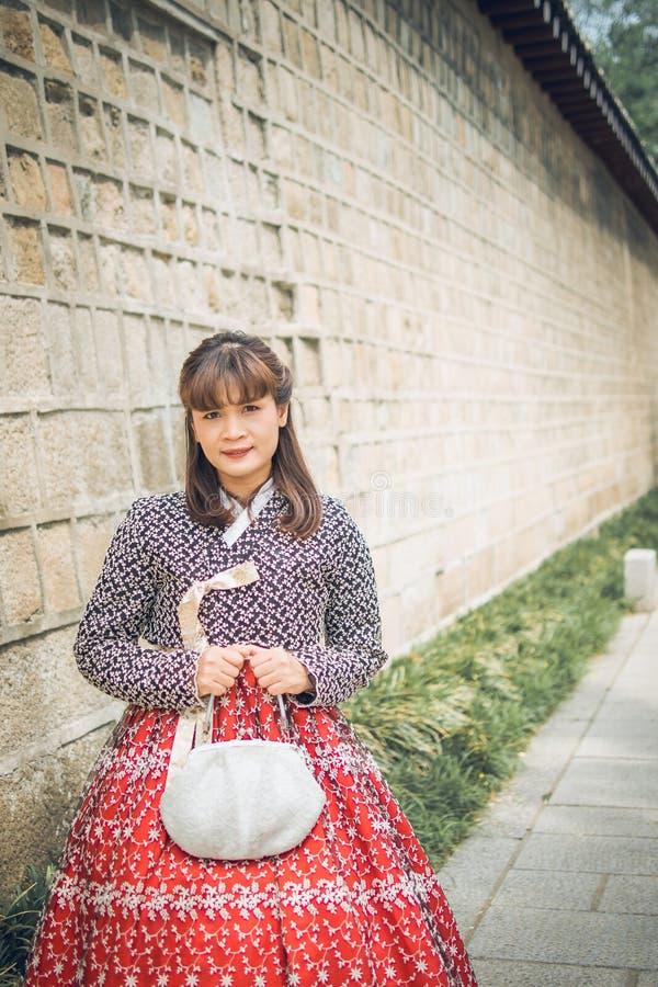 Jonge Aziatische vrouwenreiziger in Koreaanse nationale kleding stock foto